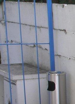 Takto nejak nevábne a krivo vyzeral plot pred kozmetickou úpravou